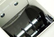 Amboss: Im Eingang zum Hammerwerk schützt eine Platte gegen Verschleiß und sichert eine saubere Zerkleinerung zwischen Amboss und Hammerwerk.