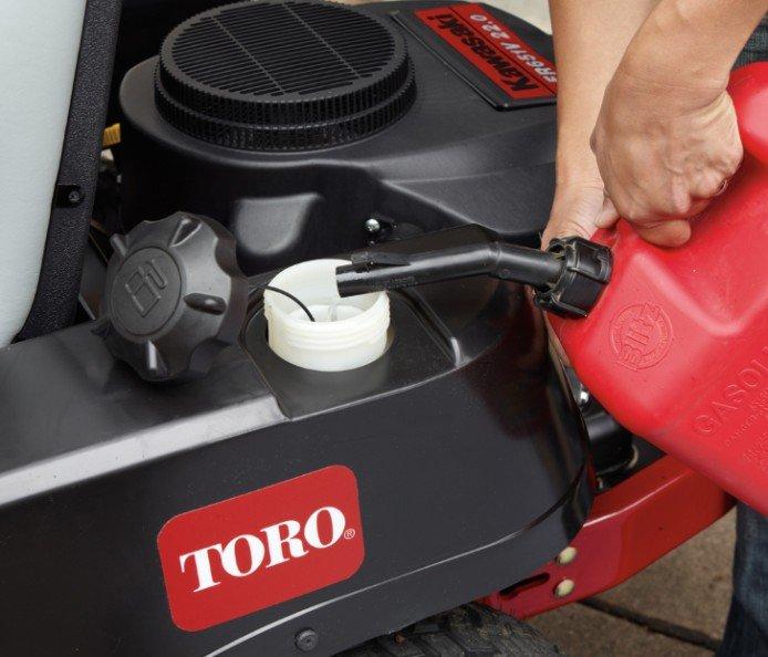 Kraftstoff-Füllmenge: 11,4 Liter  Alle TimeCutter-Aufsitzmäher verfügen über einen großen 11,4-l-Kraftstofftank, sodass Sie mit weniger Nachtanken länger mähen können. Mit dem durchsichtigen Tank erkennen Sie schnell, ob ein Auftanken erforderlich ist, und verhindern auch ein Überfüllen.