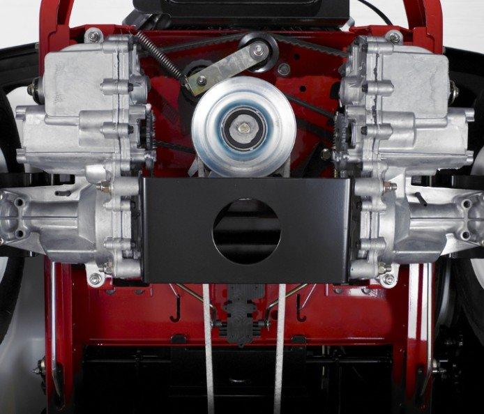 Antriebsanlage mit zwei Hydrostaten  Unabhängige hydrostatische Antriebssysteme geben tolle Manövrierfähigkeit und einen Null-Wendekreis. Diese unabhängigen Antriebe sind im aus einem Stück gefertigten Toro Rahmen verankert und für Haltbarkeit und Leistung mit einer dicken Querstrebe verstärkt.