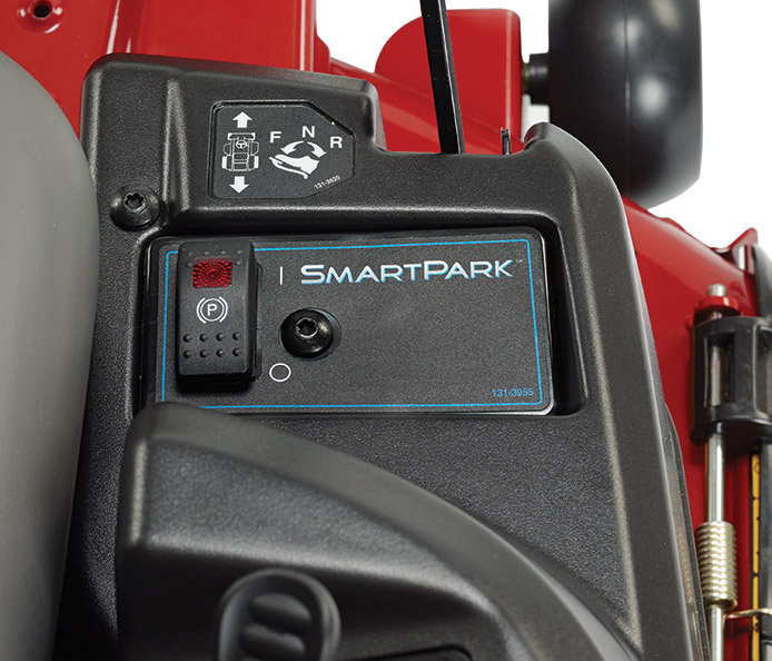 Smart Park™ Bremssystem  Das einzigartige Bremssystem von Toro stoppt automatisch das Mähwerk und aktiviert die Feststellbremse, wenn Sie bei laufendem Motor vom Mäher absteigen müssen.