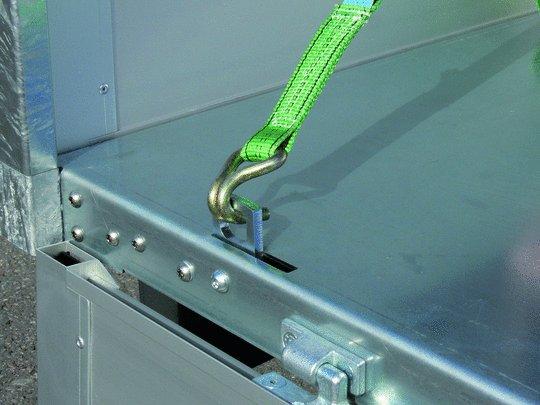 verzinkter Stahlblechboden mit pfiffigen Zurrsystem.