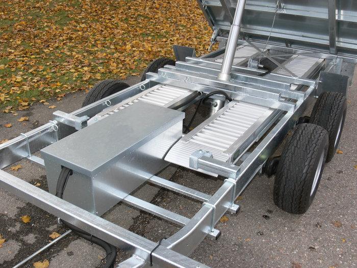Auf Wunsch mit Elektrohadraulik sauber im Kasten montiert mit 230 V Ladekabel. Auffahrrampen mit Gummipuffer fixtiert.