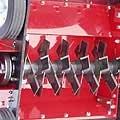Die Messerwelle wird von wartungsfreien, dauergeschmierten Lagerflanschen sicher gehalten. Die feststehenden Wendemesser eignen sich besonders gut für schwere Böden.