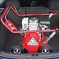 Platzsparend kann der V-480 selbst im Kofferraum eines Kleinwagens (Golf) von Einsatzort zu Einsatzort transportiert werden.