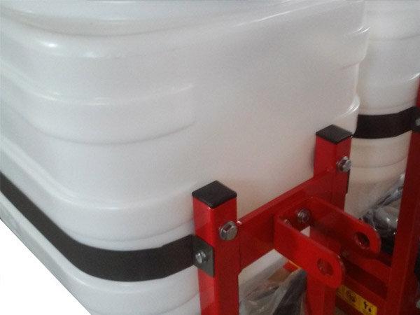 Für die obere Verbindung kann bei Traktor-Dreipunktanbau ein Bügel zur Verbindung mit dem Oberlenkerbolzen montiert werden.