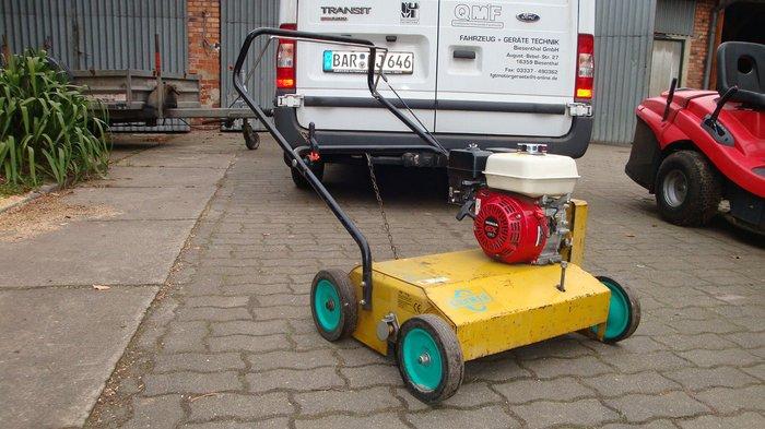 Gummibereift (keine Kunststoffräder), Stahlfelgen doppelt kugelgelagert, klappbarer Holm für einfachen Transport u. platzsparende Unterbringung.