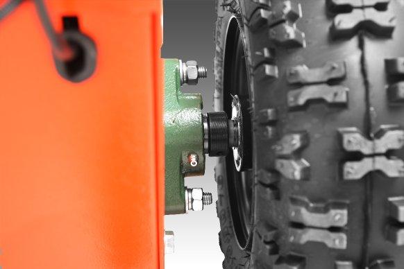 Die Maschine verfügt über außergewöhnlich groß dimensioniert Räder, die für zuverlässig, stabile Traktion sorgen. Massive Gussflanschlager mit Schmiernippel abschmierbar sind Garant für höchste Lebensdauer.