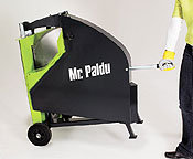Und weg damit. Nach der Arbeit ist Mr. Paldu 700 so schnell weg, wie er hergekommen ist. Die Wippsäge ist auf ihren serienmäßigen Vollgummi-Rädern leicht zu bewegen. Ein gut positionierter Haltegriff hilft beim Transport.