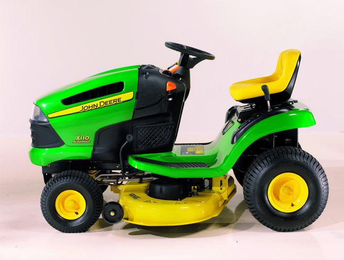 Ein makellos sauberer Rasen mit dem für alle Modelle erhältlichen 230-Liter-Heckgrasfangbehälter.