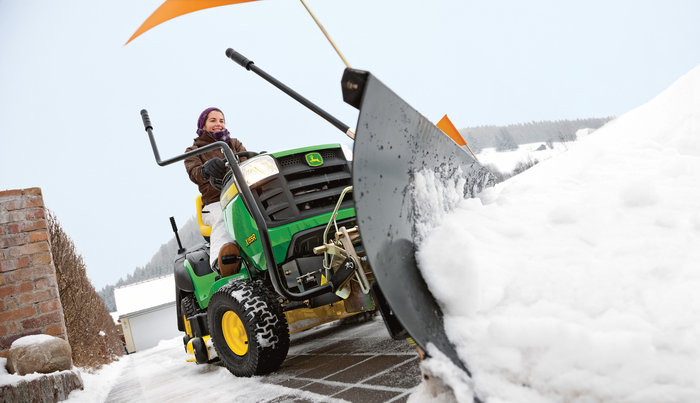Rasentraktoren:                     John Deere - X155R Winterdienst