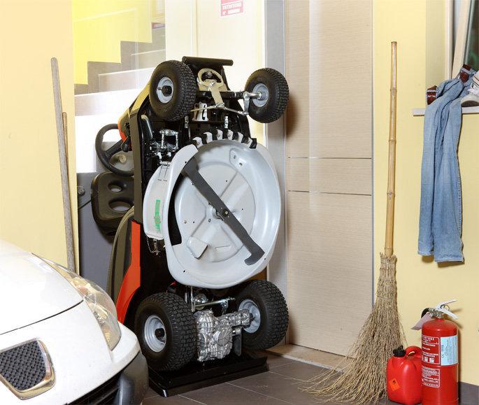 Platzsparend:  Sollte Ihnen nur wenig Platz in Ihrer Garage zur Verfügung stehen, lässt sich der Zephyr ganz einfach hochkant stellen. Hierzu muss lediglich der Fangkorb abgenommen und das Gerät aufgestellt werden.