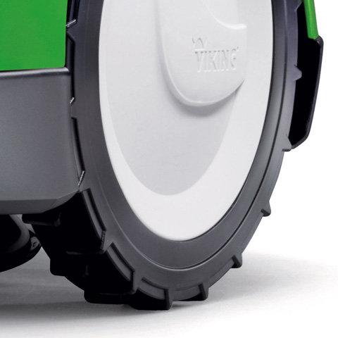 Räder mit Traktionsprofil  Auch in Bereichen mit dichterem Graswuchs und unregelmäßigem Gelände, sowie leichten Steigungen (bis 35 %) kommt das Gerät zuverlässig voran. Dazu sind die Profilräder nicht nur laufruhig, sondern auch selbstreinigend.