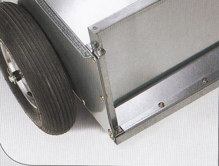 Herausnehmbare Heckklappe Die Heckklappe aus feuerverzinktem Stahlblech ist bei beiden Anhänger-modellen herausnehmbar
