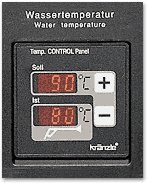 Der neue Thermostat: Die Geräte der Serie 1165 sind mit einem digitalem Thermostat ausgerüstet. Der Thermostat regelt die Spritzwassertemperatur. Die Solltemperatur wird über zwei Tastschalter eingestellt und kann am oberen Display abgelesen werden. Wird eine der Tasten länger betätigt, so erfolgt eine Schnellverstellung der Solltemperatur in 5 °C - Schritten. Der zuletzt eingestellte Sollwert bleibt auch nach dem Ausschalten des Gerätes gespeichert. Die momentane Spritztemperatur wird am unteren Display abgelesen. Weiterhin überwacht der Thermostat über einen Schwimmerschalter im Tank die Mindestbrennstoffmenge und schaltet bei Unterschreiten der Mindestmenge den Ölbrenner ab.