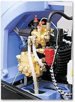 Die neue Sicherheitsarmatur: Die von Kränzle entwickelte neuartige Sicherheitsarmatur umfasst das Druckregelventil zum stufenlosen Regeln von Wassermenge und -druck und ermöglicht den drucklosen Bypass-Betrieb. Weiterhin schützt ein Sicherheitsventil die Maschine vor unzulässig hohem Überdruck. Der integrierte Strömungswächter schaltet bei Wassermangel den Ölbrenner ab und verhindert so ein Überhitzen der Heizkammer. Zwei Druckschalter steuern den Brenner und ermöglichen das automatische Abschalten des Gerätes, wenn die Pistole länger als 20 Sekunden geschlossen ist. Die Druckschalter steuern auch den erneuten Anlauf des Gerätes beim Öffnen der Pistole. Sämtliche Komponenten haben sich in anderen Geräten bereits millionenfach bewährt und wurden hier erstmals zu einem servicefreundlichen Block zusammengefasst.